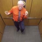 Pillan en ascensor a un sheriff bailando para celebrar su jubilación