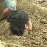 """Una joven colombiana se entierra hasta el cuello para """"descargar la corriente"""" del rayo que le cayó"""