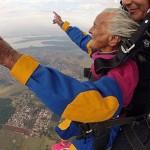 Las abuelas que se lanzan en paracaídas…¿Un acto de rebeldía?
