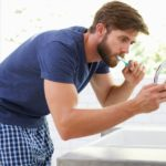 Más del 90% de los españoles utiliza el móvil en el baño