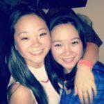 Una chica descubre que tiene una hermana gemela viendo YouTube