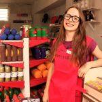 Una artista británica recrea un supermercado con 9.000 artículos de fieltro