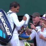 Nadal firma un autógrafo en Wimbledon en una pierna ortopédica