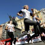 Una carrera con tacones promueve en Croacia la lucha contra el cáncer de mama