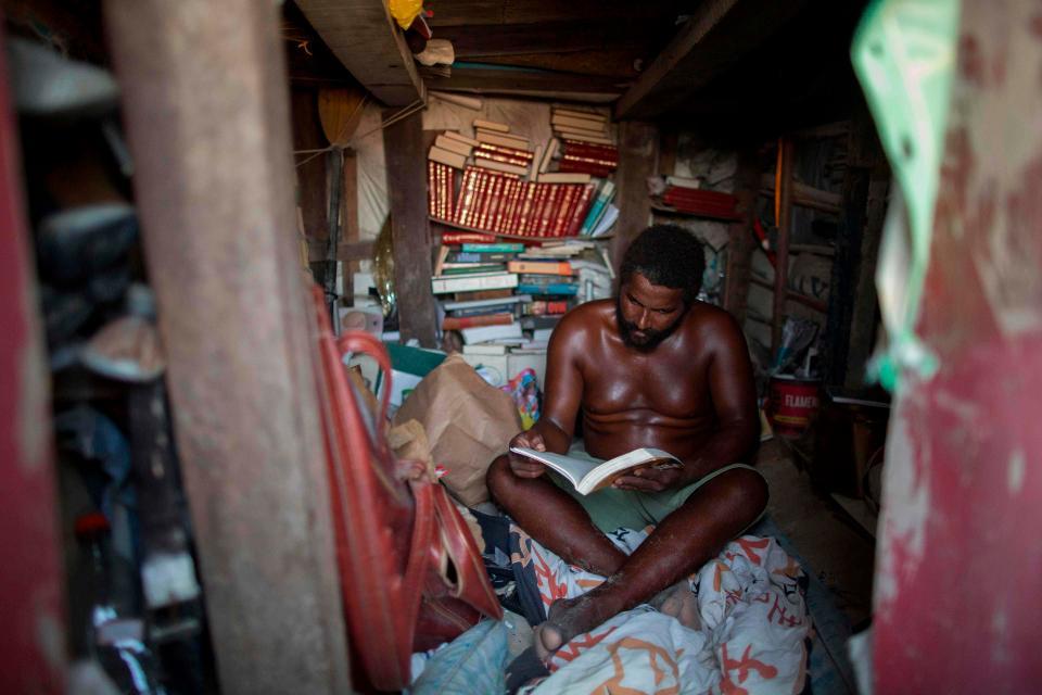 El rey de la playa leyendo