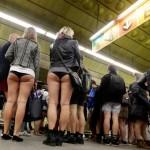 Miles de personas viajan sin pantalones en Metro en el 'No Pants Subway Ride'