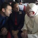 El Papa casa a dos azafatos en un avión