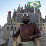 """""""El rey de la playa"""": 22 años viviendo en un castillo de arena"""
