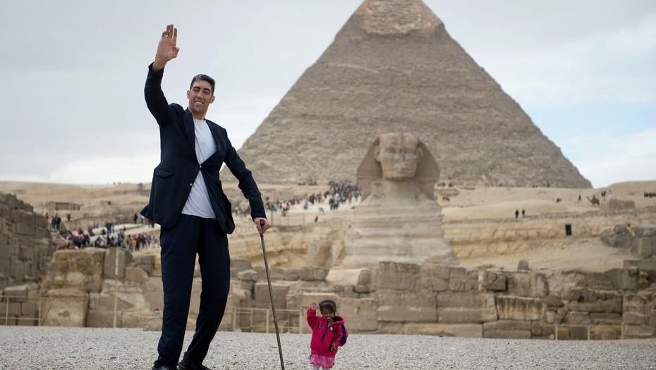El hombre mas alto del mundo junto a la mujer mas pequeña