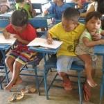 La foto viral de un niño que tiene que llevarse a su hermano de un año a clase en Filipinas